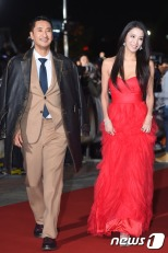 prowadzcy Shin Hyun Jun i Han Go Eun