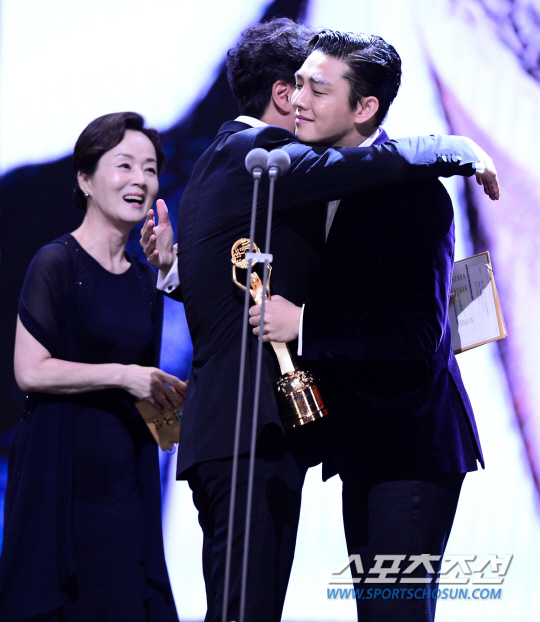 Yoo Ah In w objęciach Song Kang Ho