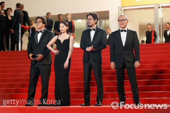 """Goksung"" w Cannes - od lewej Kwak Do Won, Chun Woo Hee, reżyser Na Hong Jin i Kunimura Jun"