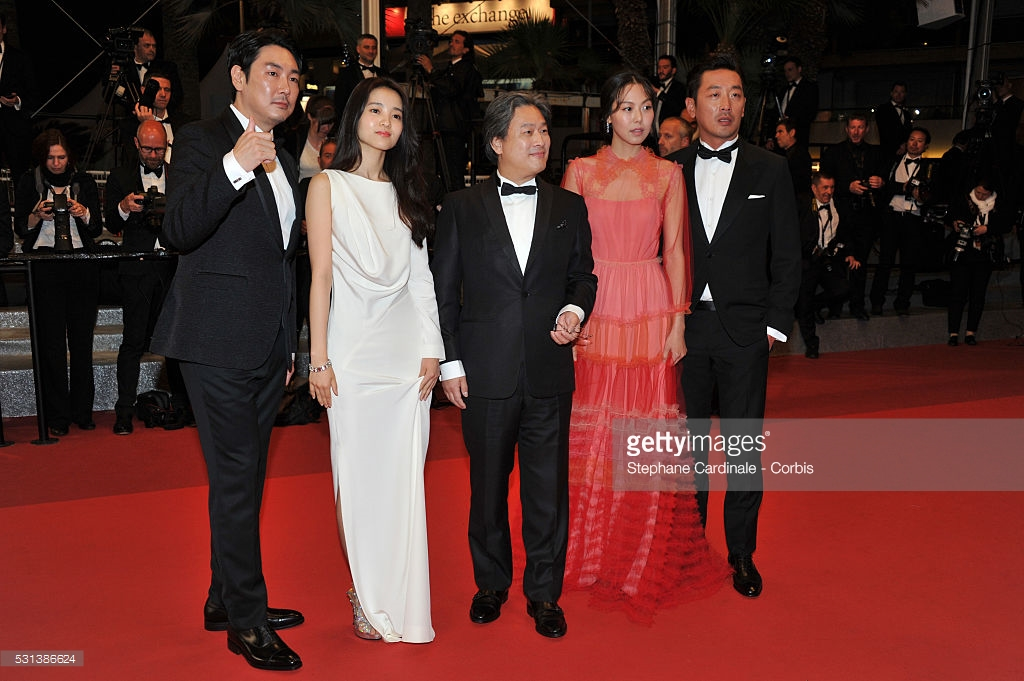 "Obsada ""The Handmaiden"" w Cannes - od lewej Jo Jin Woong, Kim Tae Ri, reżyser Park Chan Wook, Kim Min Hee i Ha Jung Woo"