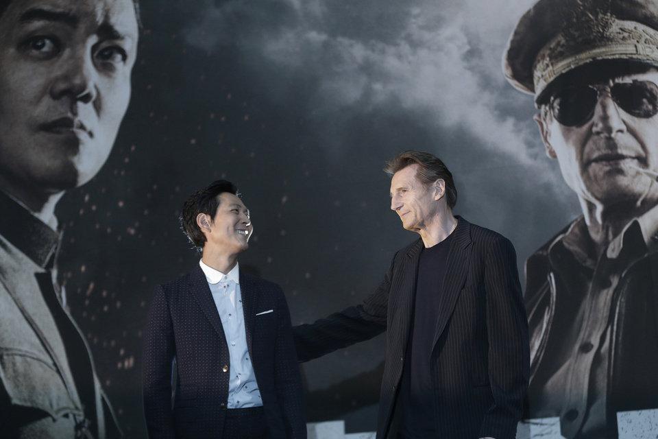 "Lee Jung Jae i Liam Neeson grający w ""Operation Chromite"""