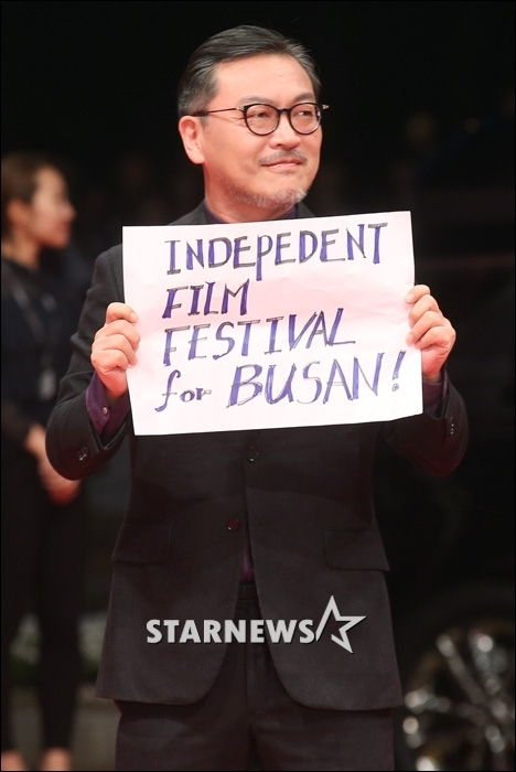 Kim Ui Sung pikietujący na otwarciu festiwalu za jego niezależnością od rządu