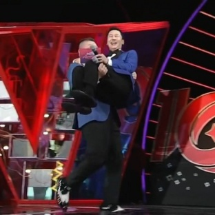 Kang Ho Dong niosący Shin Dong Yeoba