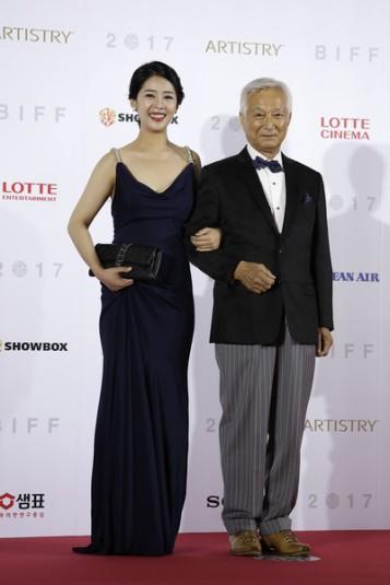 aktor Shin Sung Il, któremu została poświęcona sekcja festiwalu, z wnuczką