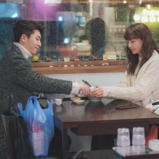 "Wi Ha Joon i Lee Na Young w ""Romance is a Bonus Book"""
